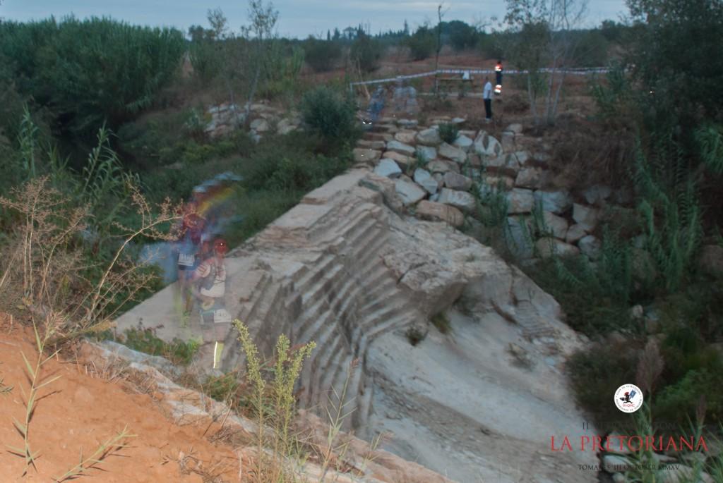Paso de los primeros corredores por la presa romana