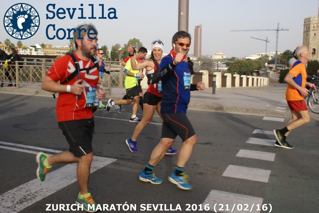 Cruzando el puente de los Remedios (Foto: Sevilla Corre)